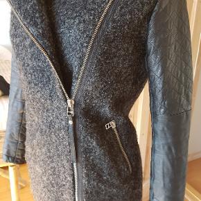 flot jakke i blandede materialer, ærmer er læder og krop er 40% uld og polyester standen er rigtig fin ingen slid ved ærmer  #30dayssellout