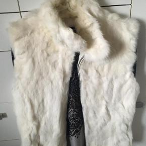 Brand: CKN og Scandinavia  Varetype: Pelsvest Farve: Hvid Oprindelig købspris: 50 kr.  Kanin pelsvest