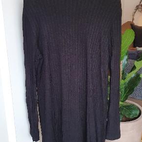 Sort kjole fra Weekday str. M med et lige snit og lille krave.