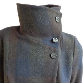 Brand: lindex Varetype: Ternet Uld jakke Farve: se billede Oprindelig købspris: 1299 kr.  Brystvidde 2 x 48 cm  Længde: 86 cm  Materiale: 50% uld, 30% viscose, 20 % polyester