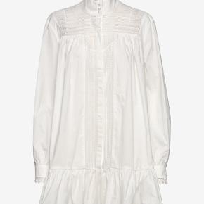 Skøn skjortekjole med lækre detaljer.... Aldrig brugt, bytter ikke, mindstepris 425 kr
