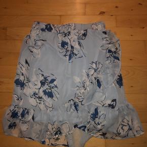 Lyseblå nederdel i str.s fra Føtex af. Brugt max 5 gange. Elastik i taljen. Fra ikke ryger hjem.