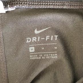Tights fra Nike. Med god lynlåslomme bagpå til nøgler eller tlf - og endda lavet i materiale så det ikke bliver svedigt.   Afhentes i Aalborg eller sendes mod betaling af porto