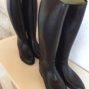 Aigle, str 38 og str 40. Lidt skrammer, men meget fine og ikke brugt ret meget. Gummiridestøvler kan også bruges som gummistøvler. Pr par 140kr Se flere ridestøvler på min profil.