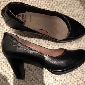 Lækker sort sko, hæl 7 cm. Og 1 cm. Plateau.  Pumps Farve: Sort