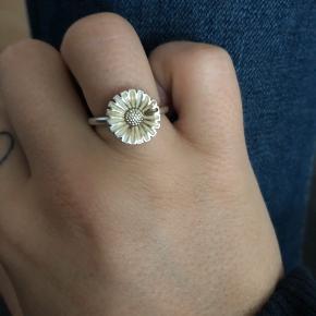 Sælger min smukke ring fra George Jensen.   Har fået en misfarvning på et lille blad, som også kan ses lidt.  Det har ikke haft nogle betydning for mit brug af ringen.   Den er 2 år gammel, kvittering haves ikke. Men gav omkring de 600-700kr  Størrelsen er 51