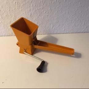 Persillekværn persillehakker retro I varm og orange farve  Fungerer ganske fint, sender jeg gerne