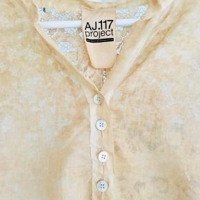 Super smuk AJ117 project skjorte - brugt en enkelt gang!   Str. er L, men den passer M/L  Smuk blonde på ryg