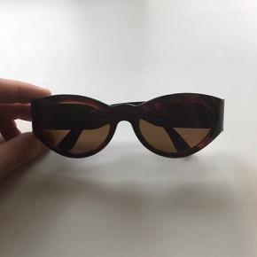 Vintage Versace solbriller som jeg har købt brugt - derfor sat til valgte stand. Men solbrillerne er helt som nye, uden skrammer, ridser eller lign.