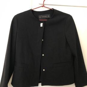 Kort sort jakke med knapper. Brugt få gange og fremstår pæn. Str. Small.   Sendes hvis køber betaler fragt.  BYTTER IKKE  #30dayssellout