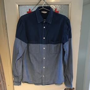Blå skjorte fra NN07 i str L. Helt fin stand, den skal bare lige stryges :)