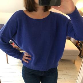 Lækker oversize striktrøje i smuk blå farve fra Wood Wood. Uldblanding (90% uld)  Den er i god stand. Ikke 'nusset'.   Det er en str. M, men som sagt oversize og kan også bruges af en større str.  Mulighed for afhentning i Aarhus C 🍀  Se også mine andre annoncer 😊  Tags: uldtrøje, uldsweater, trøje