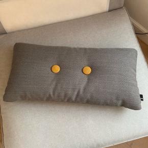 Hay pude i grå Mål: 70x36 cm   Brugt som pyntepude så fremstår som helt ny