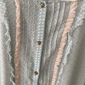 Fin skjorte med dødningehoved knapper