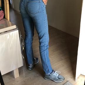 Sælger disse lækre bukser fra weekday i modellen WAY. Det er en størrelse 27/32 og fitter en S. Byd :)