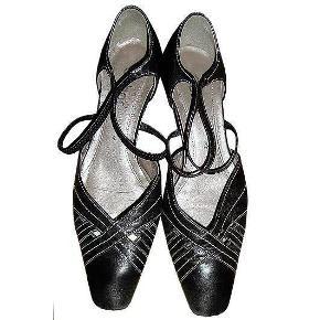 Flot sortblå Gabor sko med elastik over vristen, hælhøjde 5 cm, længde fra spids ca. 26 cm. Brugt nogle gange men i fin stand.