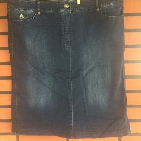 Sommer nederdel i flot blå farve. Taljemål er 48,5  Længde 59 cm
