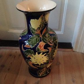 Stor dekorativ vase i flot stand.  H 54 Ø 28 cm.