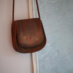 """Smuk 70'er boheme  brun læder crossbody / skuldertaske med fine detaljer. Stort set ikke brugt. Sælges grundet flytning. Prisen er fast og jeg bytter ikke 😊   🌍 Afhentes på Vesterbro  💌 Sender gerne - tryk blot på """"køb nu""""    # boho # boheme # hippie # kernelæder"""