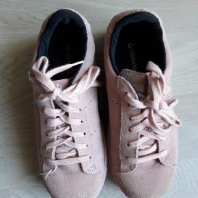 Lækre sneakers/kondisko i ruskind. Købt i Seeds for 600 kr. Kun brugt enkelt dag til fest.
