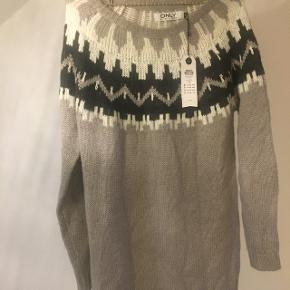 Islandsk lang strik sweater i grå / hvid / sort. Aldrig brugt - stadig med mærke. Købspris  260 kr.