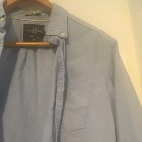 Lyseblå herreskjorte str. S (jeg er selv en str. M og har brugt den oversize). 100 % bomuld.