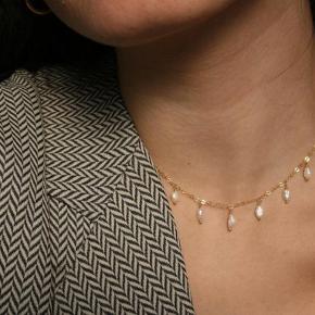 Håndlavede halskæder Materiale: messing og naturlige ferskvands perler Længde: 40cm (kan lave som du ønsker) Kan sendes med Postnord til 10kr på egen ansvar