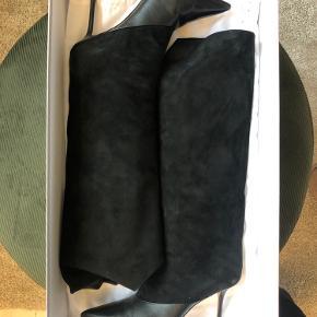 Super fede Brelan støvler fra Jimmy Choo. Brugt 2-3 gange, hovedsageligt indenfor. Forsålede. Mindre skramme på ene hæl - se billede.