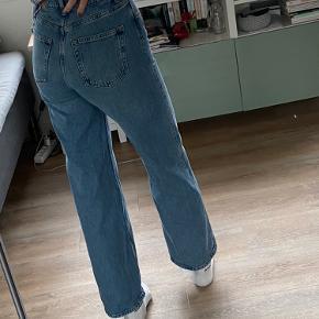 """Sælger disse populære """"Yoko mid blue jeans"""" fra monki, de er aldrig brugt og sælges da jeg ikke er så god til at få brugt jeans💞 Det er en str. 26 (S).  De sælges for 250 kr:)"""