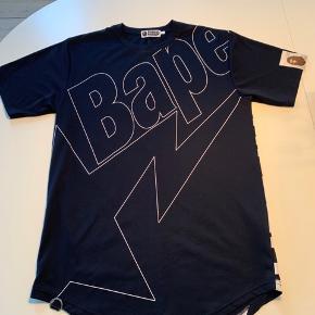 Super fed t-Shirt fra A BATHING APE Bape. Np er 1100, købt i deres butik i NY oktober 2018 og den er brugt to gange. Har kvittering. Byd:-)