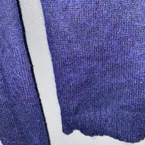 Fin strikketrøje fra MbyM, den er mørkeblå.