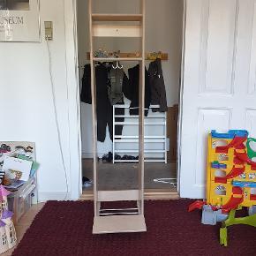 Fra nedlagt børnehave. Garderobe enkeltfag, med sæde. Nypris ca. 1300 kr.  Ca. mål: Højde 150 cm. Bredde 33 cm. Dybde 25 (45) cm.