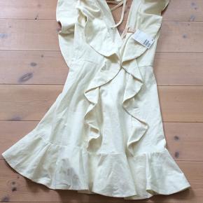 Sælger denne  ubrugte hvide kjole fra hm til halv pris. Kan evt. bruges ifb. med konfirmation. Kan afhentes eller sendes via GLS, hvis modtager betaler forsendelse.