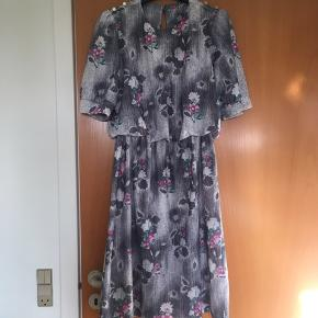 Flot blomstret retro - vintage kjole. Passer en medium. Perfekt stand.
