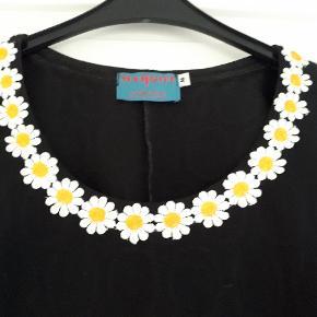 Så fin bluse med blomster ved halsen. Ærmegab til ærmegab ca 47 cm. Vasket en enkelt gang på skåneprogram. Stadig flot sort, billede 2 snyder. Handler gerne MobilePay og sender med DAO.