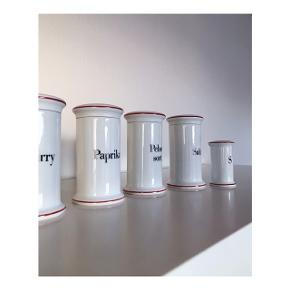 Danskproduceret porcelænskrukker fra Bing og Grøndahl (nu overtaget af Royal Copenhagen) med låg - til opbevaring eller pynt. Fine på en lille køkkenhylde. Standen er som ny.   Mp pr styk: se prisen + evt. porto   Tag også gerne et kig på mine mange andre annoncer.