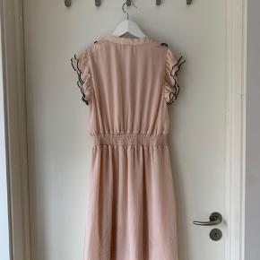 Romantisk lyserød kjole fra H&M. Kjolen mangler en knap, men den hører med og skal blot sys på.