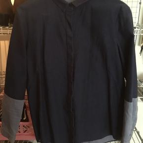 Mørkeblå skjorte i kraftigt bomuld med skjulte knapper og lyseblå ærmer