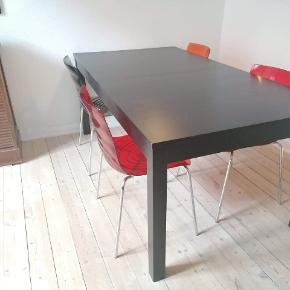 Stort dejligt spise-arbejdsbord i sort-bejdset træfiner. 96*175 cm (260 cm med begge plader i)