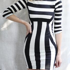 Grafisk bodycon kjole, sidder så flatterende og fremhæver timeglasform ⏳✨ Er desværre blevet for lille til mig.   #30dayssellout