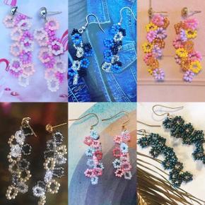 Flotte håndlavede perleøreringe 🌸 på stikker eller kroge.   Kan laves i alle farver. Se billeder for inspiration. 100,- 💕   Perfekte til sommer ☀️   OBS: Inden du trykker køb nu, så skriv gerne, hvilke farver og lås du ønsker 🙌🏼  #trendsalesfund