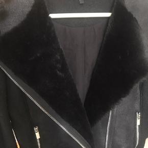 BYD Str. S Faux fur indvendig og med lynlås-detaljer ved ærmerne!