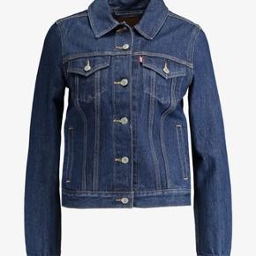 Sælger min levis jakke, da jeg ikke får den brugt og derfor tænker, at nogle kan få mere glæde af den end jeg. Prisen er eksl fragt. Har du et andet bud er du velkommen til at skrive det, men ingen skambud tak!! Jakken er i meget god stand, da jeg kun har brugt den meget få gange!! 🌸🤘🏻