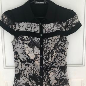 Karen Millen skjortebluse UK8/EU36, sort/beige, 100% silke, NY uden etiket