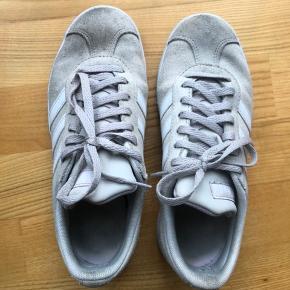Lyse sneakers i ruskind. Nypris 600kr men sælges billigt pga snavs.  str 36 2/3.  Jeg bruger normalt str 36-37