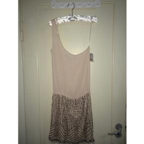 Kjole fra Zara, aldrig brugt og med prismærke, Str. S Nypris 299kr  Nogle få palietter er faldet af, men det er ikke noget man ser