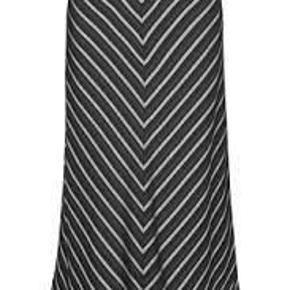 Varetype: nederdel Farve: Grå stribet Oprindelig købspris: 900 kr.  Højtaljet nederdel i elegant mønster. Nederdelen lukkes af en lynlås bagpå og går til midt på skinnebenet. Brug den til fest med en enkel bluse og et par stilletter.   55% tencel, 45% viskose  Bytter ikke, sender med DAO.  Mp. 175,- pp