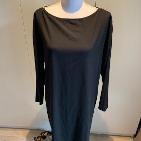 Flot sort kjole med lynlåse på skulderen. Sej til både hverdag og fest.  Kun brugt få gange. Står rigtig pæn.  Sendes hvis modtager betaler