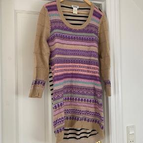 Smuk og behagelig kjole fra den kendte tøjdesigner Sonia Rykiel.