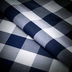 Stort dynebetræk til dobbeltdyne med målene 220 x 240 cm.  Hästens Original Check er det klassiske tern, vævet i køligt, smukt og slidstærkt 100 procent kæmmet bomuldspercale. Stoffet er designet til at skabe den perfekte balance.  På den ene side af Double Check er ternene 10 × 10 cm, og på den anden 5 × 5 cm. Det giver ekstra dybde og dynamik til mønsteret.  Dynebetrækket er helt nyt og bare vasket en enkelt gang  BYTTER IKKE